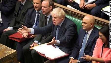 英國首相眾叛親離