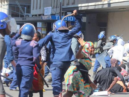 辛巴威民眾也被鎮暴警察打