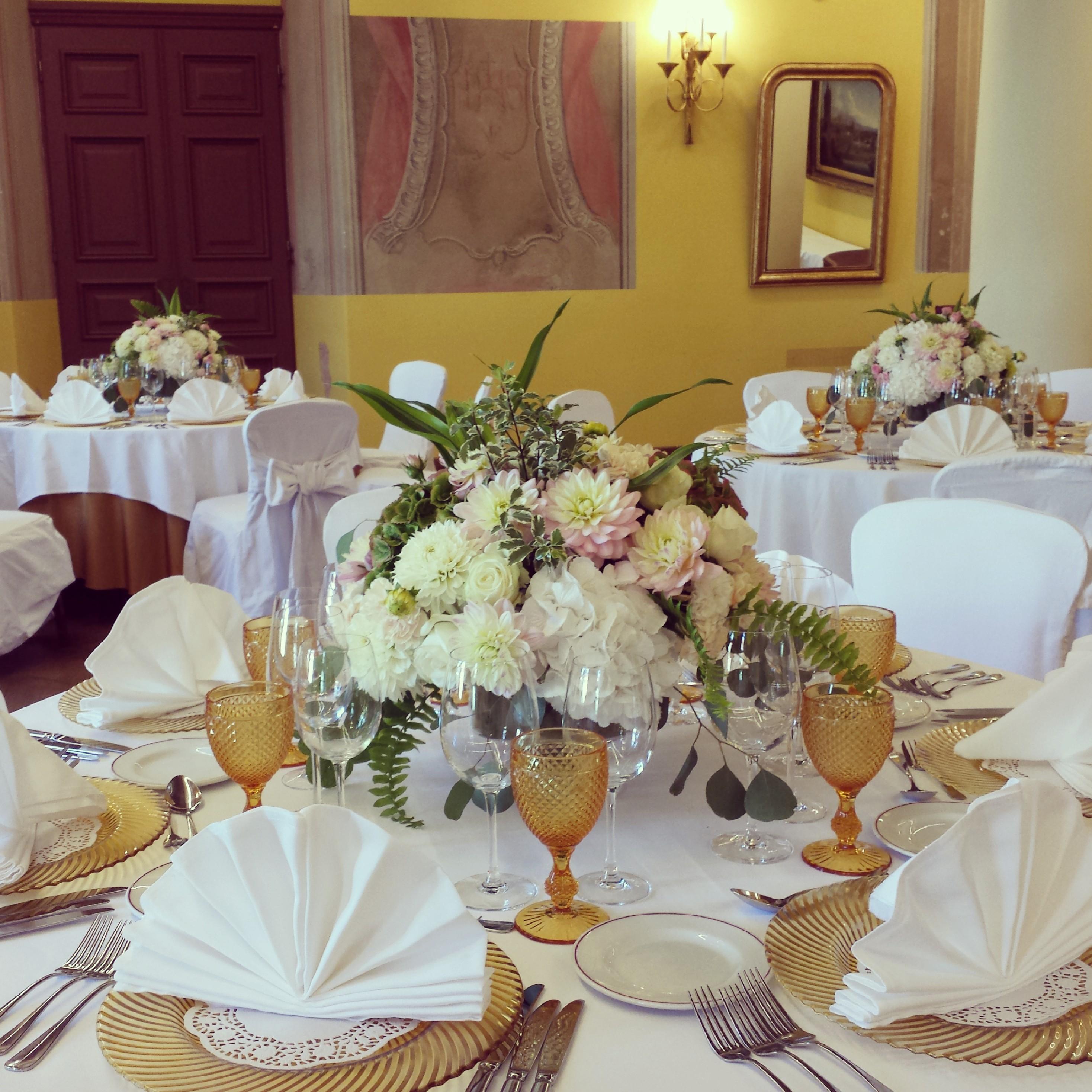 Žemos gėlių kompozicijos ant stalo