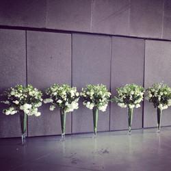 Gėlių kompozicijos stiklo vazose