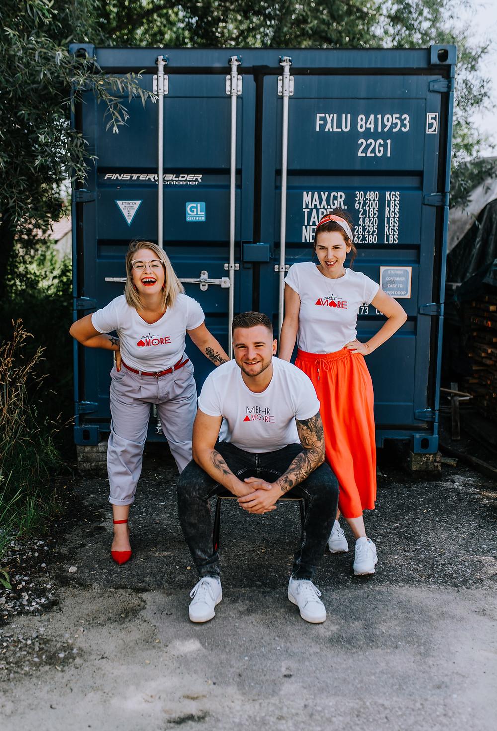 """Die Unterallgäuer Melanie Wirth, Andrea Jall und Fabian Holzmann haben gemeinsam das Modelabel """"Mehr Amore"""" gegründet."""