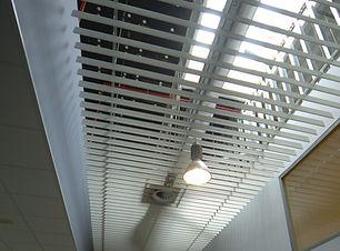 kovový lištový stropní podhled