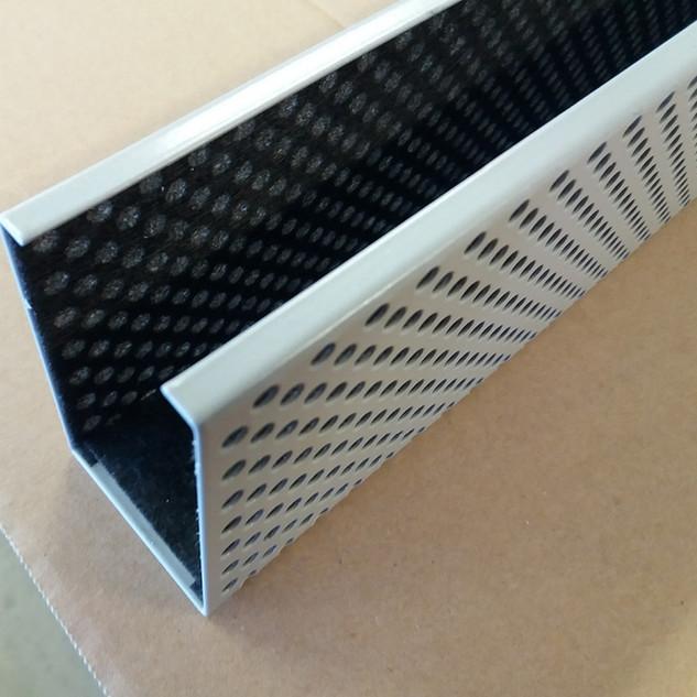 perforovaný C-profil pro vložení akustické vložky
