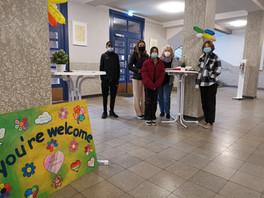 Schülerinnen und Schüler zeigen stolz ihre PRIMUS Schule am Tag der offenen Tür.