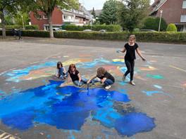 Kunstaktion zum Weltfriedenstag bringt Farbe auf den Schulhof