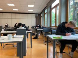 Die Schüler*innen meistern die zentralen Abschluss-Prüfungen.