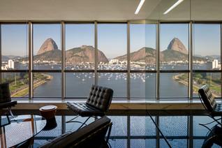 REINACH MENDONÇA SIGNS AN OFFICE IN RIO DE JANEIRO (BRAZIL) WITH THE ICONIC VIEW OF PÃO DE AÇUCAR