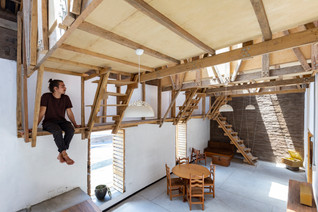 "Al Borde renovated an old house into ""House of the Flying Beds"""