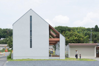 ALTS Design Office:A house under the eaves