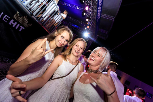 Girls Absolut Night Stage fete blanche.jpg