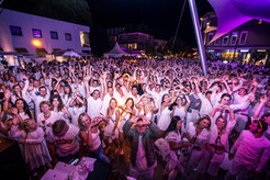 Partypeople Gemonaplatz hands up Velden White Nights.jpg