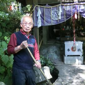 塔之沢の山深くに佇む深沢銭洗弁財天を守る篠崎宏至(しのざき ひろし)さん