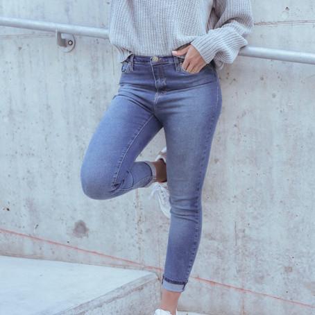 Outfit con zapatillas blancas