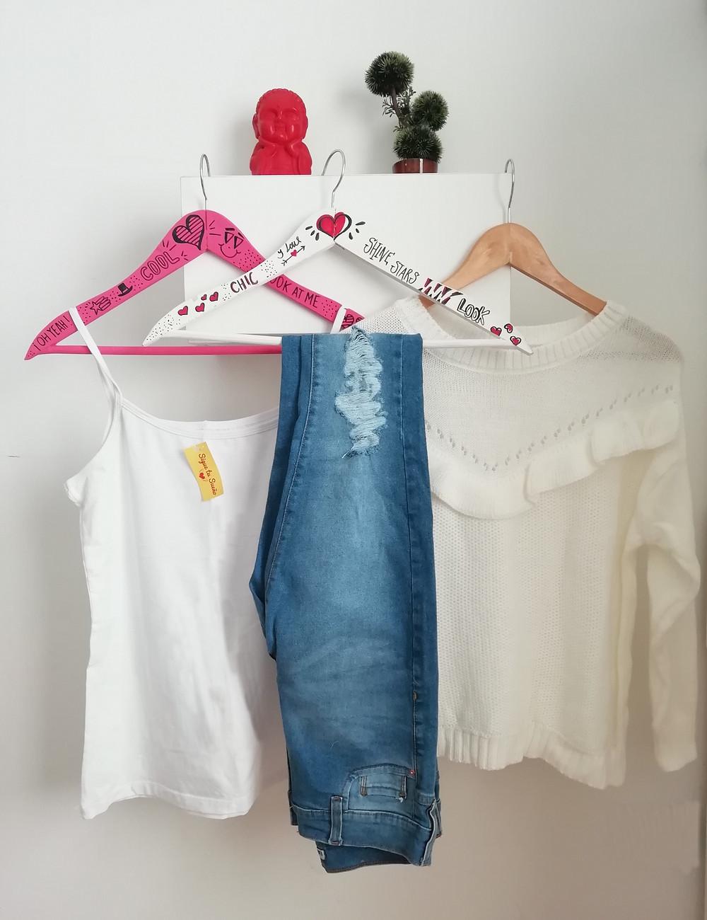 Remera blanca con jean y sweater