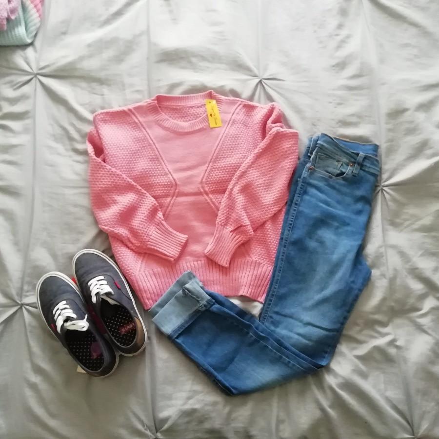 Sweater corto con jean y zapatillas