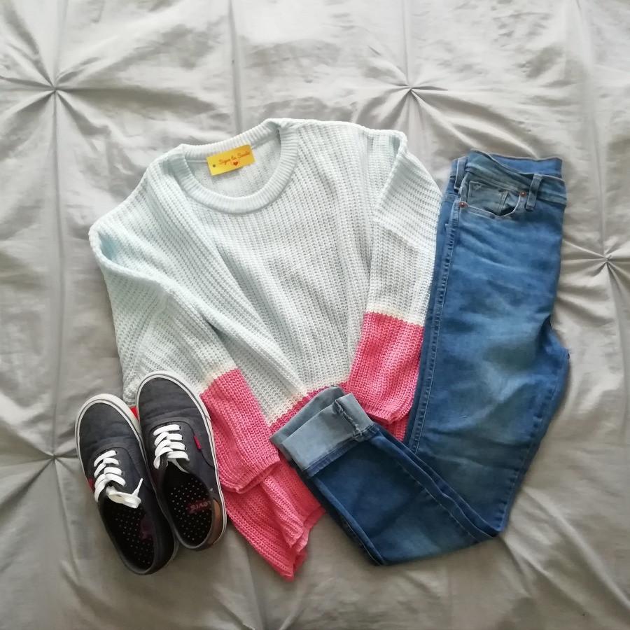 Looks con sweater jean y zapatillas