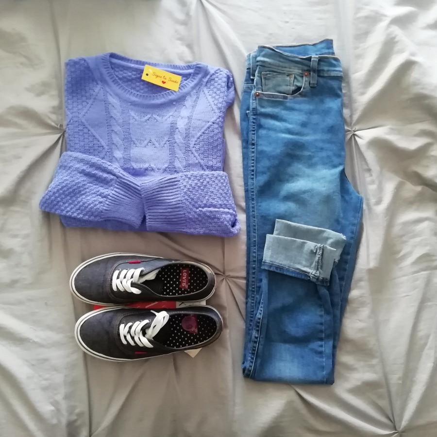 Sweater azul a la cadera con jean y zapatillas