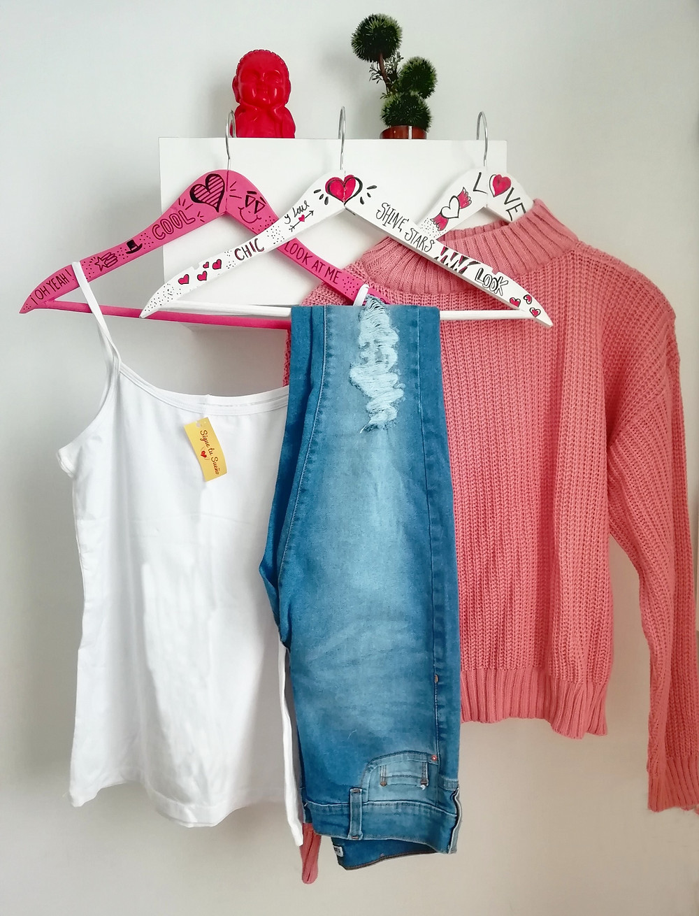 Remera blanca con jean y sweater tipo polera