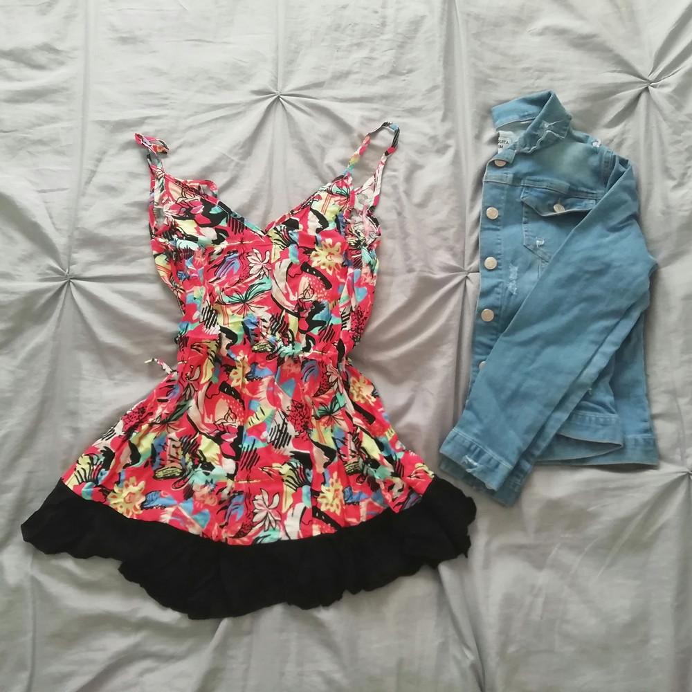 Vestido floreado y campera de jean