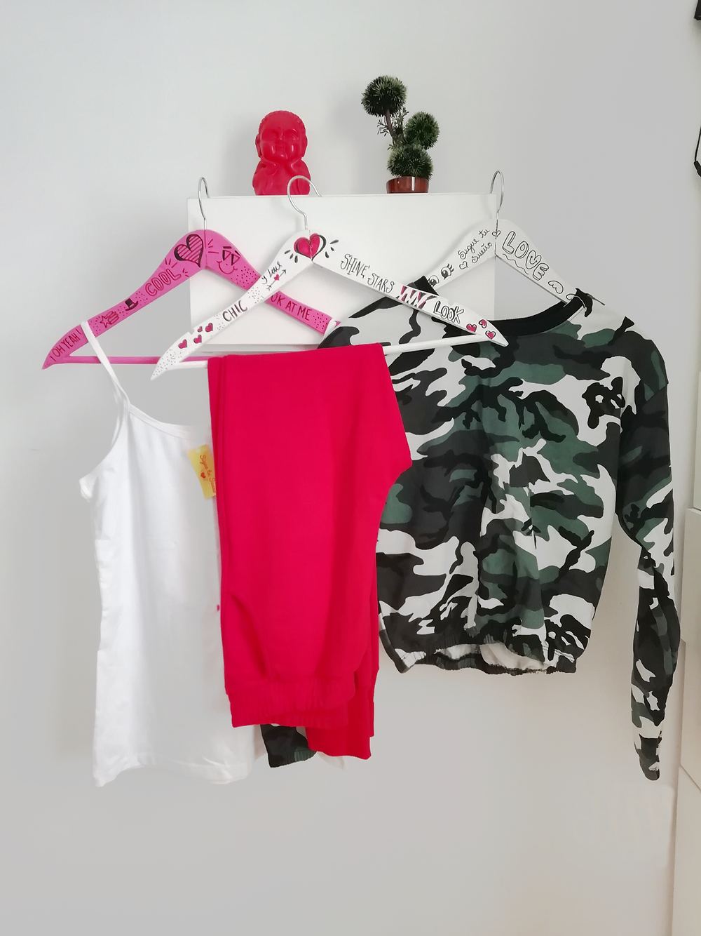 Remera blanca con jogging y buzo camuflado
