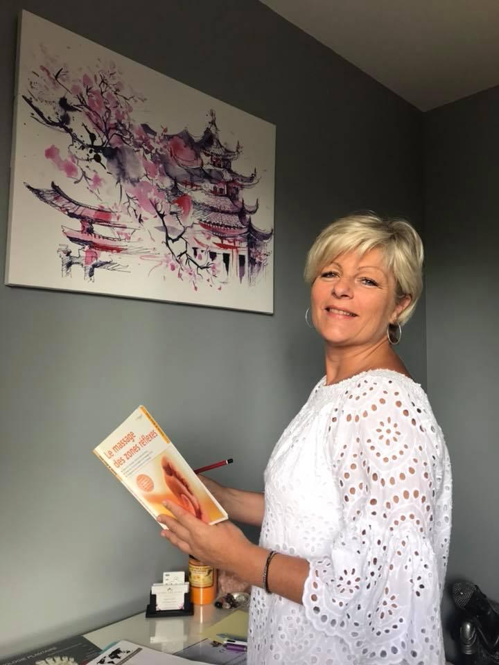 Régine Julien, dans son cabinet de réflexologie.