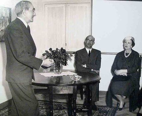 29/03/1958, inauguração da Escola de Dança Clássica Anna Mascolo em Lisboa. O poeta modernista José de Almada Negreiros usando da palavra, com a Marquesa Olga de Cadaval na assistência.