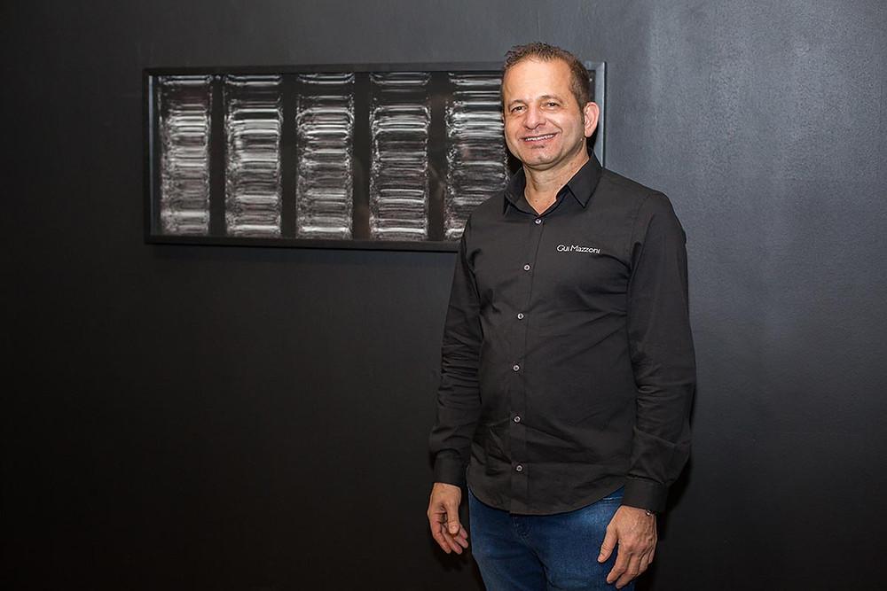 Gui Mazzoni e uma de suas obras no Museu de Artes e Ofícios, em Belo Horizonte