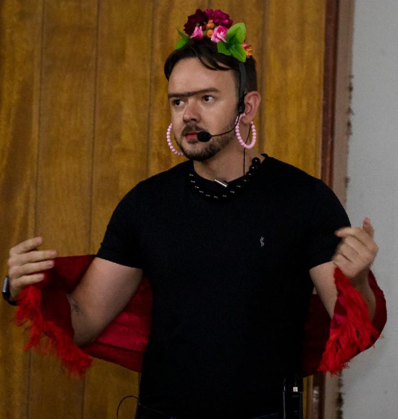 Cléber Brandão vestido de Frida Treinamento Feminino