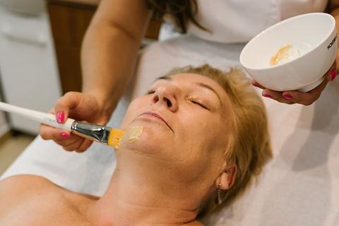 pielegnacja twarzy w salonie kobieteria