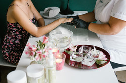 manicure w salonie kobieteria