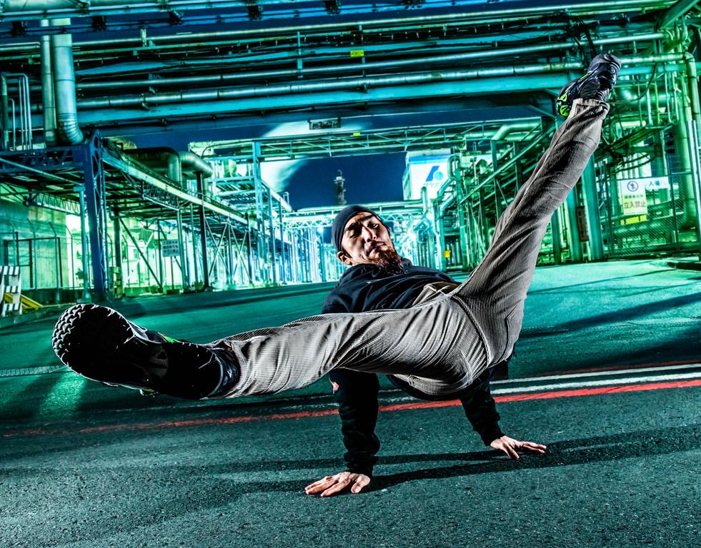 神奈川 工業団地 グラフィティー ウォールペイント ブレイクダンス ヒップホップ bboy プロフィール アー写 画像 ブレイキン 写真 撮影 カメラマン 写真家 フォトグラファー 動きのある ストロボ 撮影 得意