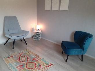 deux fauteuils à l'intérieur d'un cabinet d'hypnose