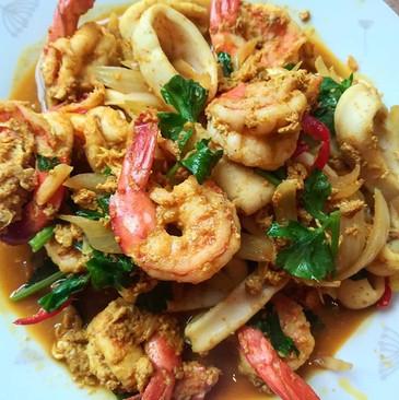 ผัดผงกะหรี่กุ้งกับปลาหมึก Pad Phong curr
