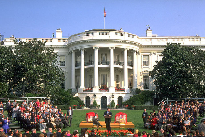 800px-White_house_1994_event.jpg