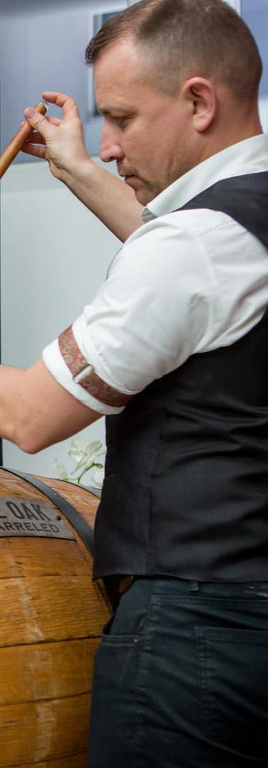 barman-degustacja-whisky-makersmark