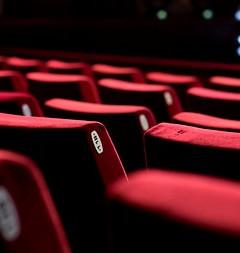 35064210-teatro-vacío-con-sillas-rojas-vista-trasera-_edited.jpg
