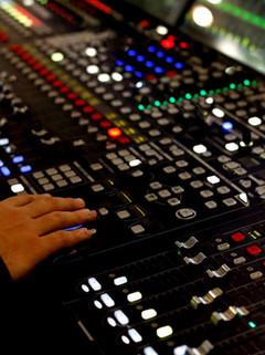 93519090-vista-cercana-de-la-consola-de-producción-de-audio-digital-enfoque-selectivo-_edi