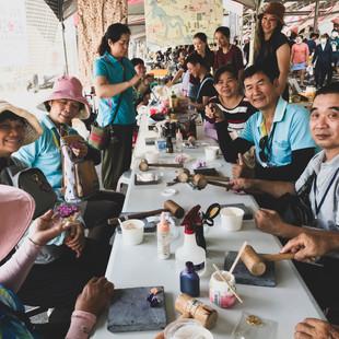 社區媽媽教來訪的國平社區長輩製作皮雕.jpg