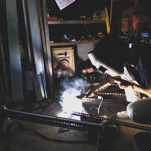 社區長輩指導建築系學生焊接技巧,協助社區製作行動攤車.jpg