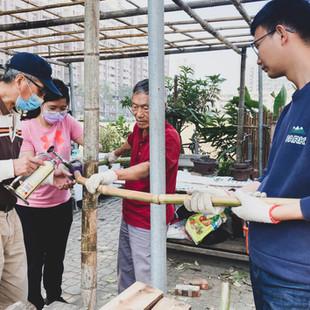 國平木作家長輩與學生一起進行社區棚架施工.jpg