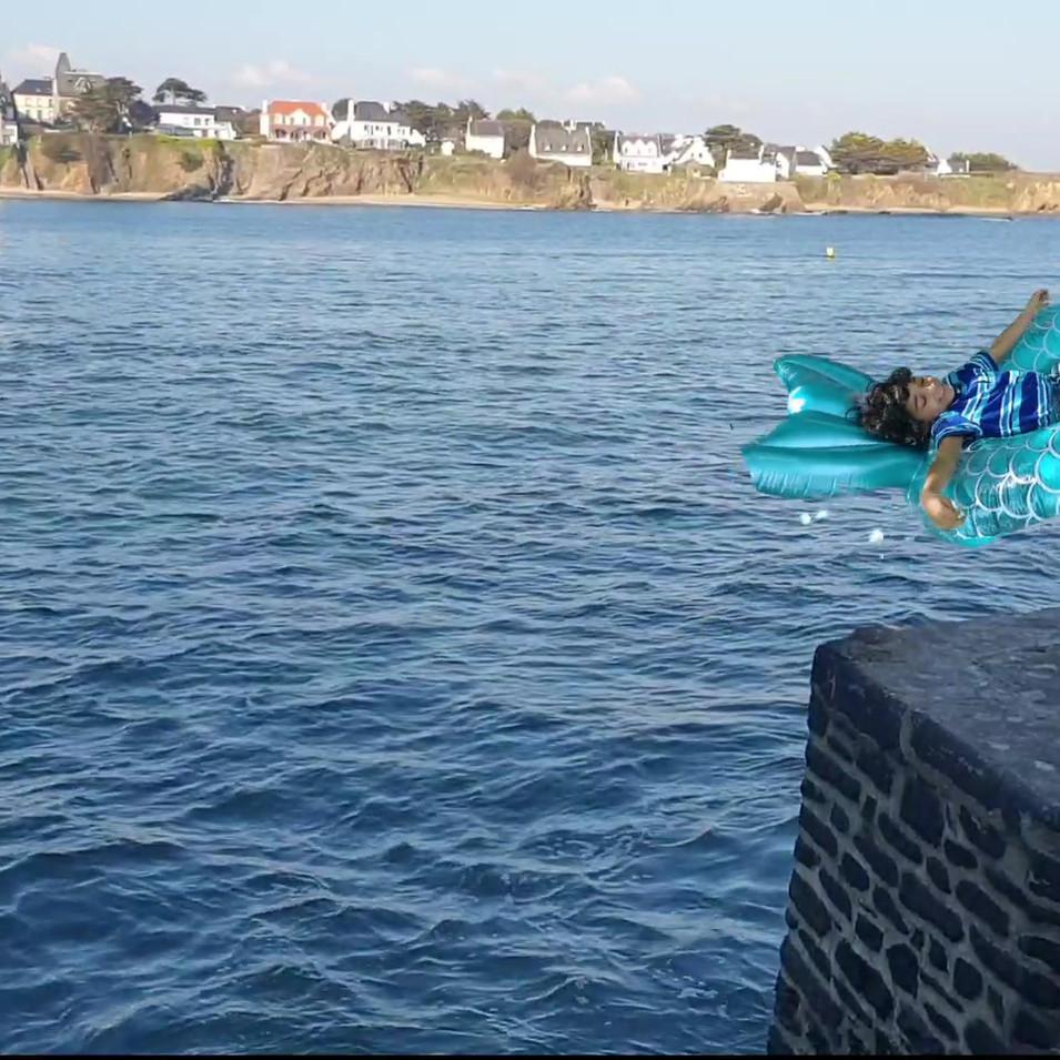 Eleoh saute sur une bouée