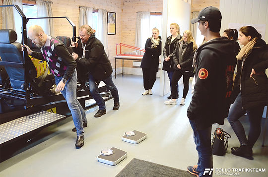 Trafikkskole Follo Trafikkteam sikkerhetskurs på bane glattkjøring med elever fra Ski og Oppegård.
