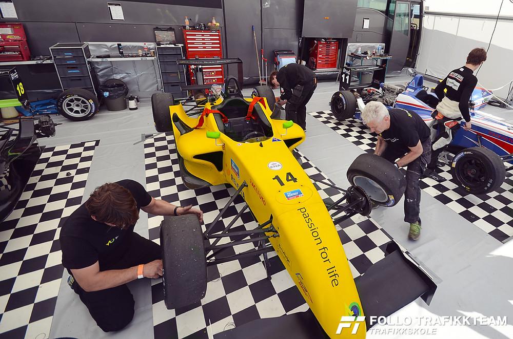 Edward Sander Woldseth Team Greenpower racing & Technology i telt før løpet. Trafikkskole Follo Trafikkteam