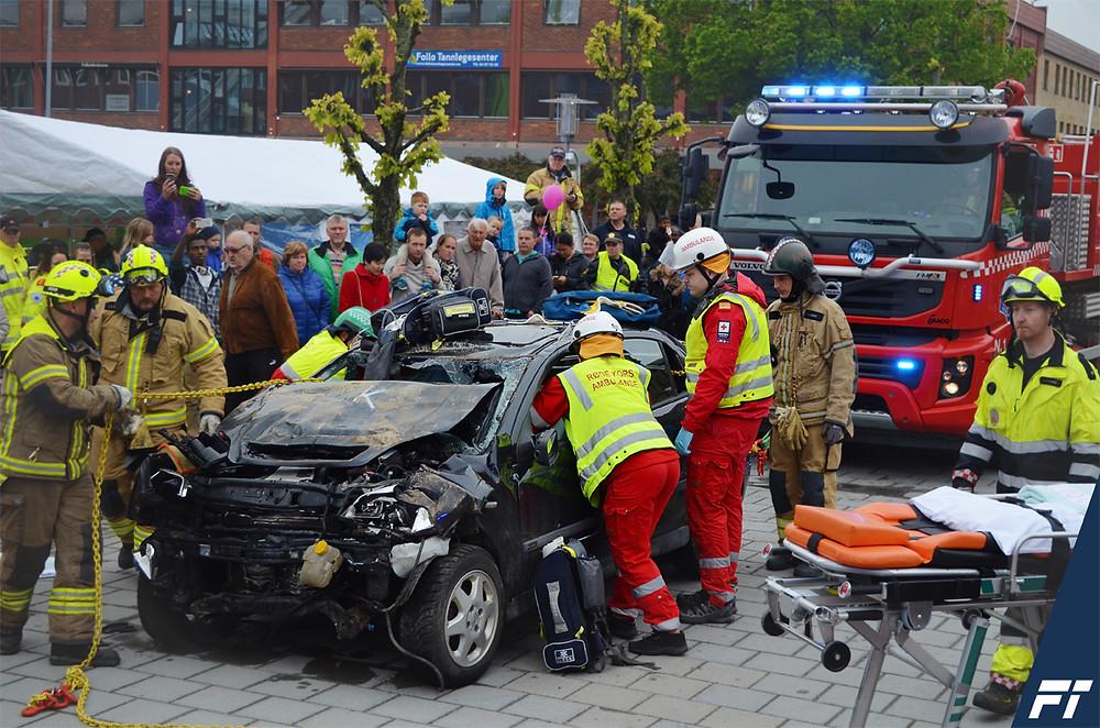 Trafikksikkerhetsdag i Ski. 11x etatene demonstrerer redning av fører og passasjer i en trafikkulykke. Foto: Follo Trafikkteam Trafikkskole.