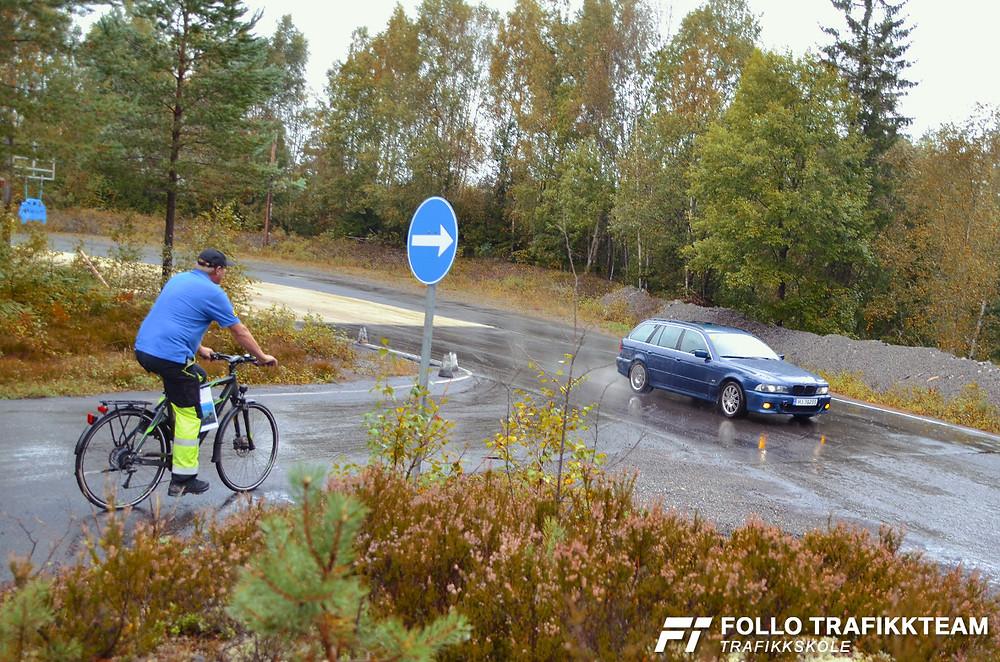 Åpen dag NAF Øvingsbane Nesodden. Her ser vi baneleder Jan Wenner sykle rundt med NAFs nye tilbud NAF MOV.