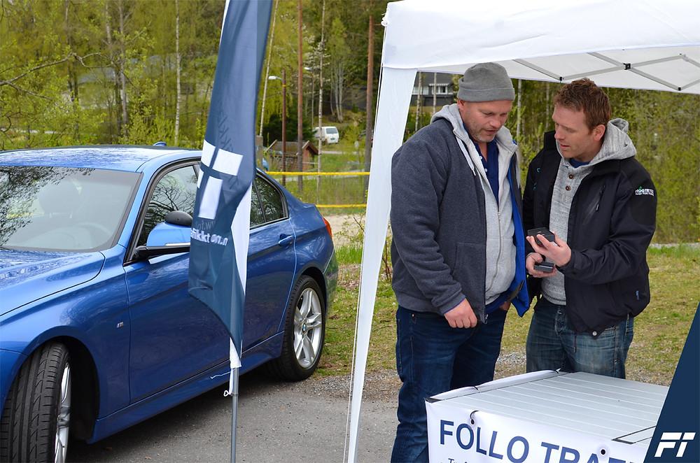Trafikkskole Follo Trafikkteam på Kolbotn IL 100 år jubileumskamp_trafikklærer Jørgen Solbakk deler ut premie mansjettknapper
