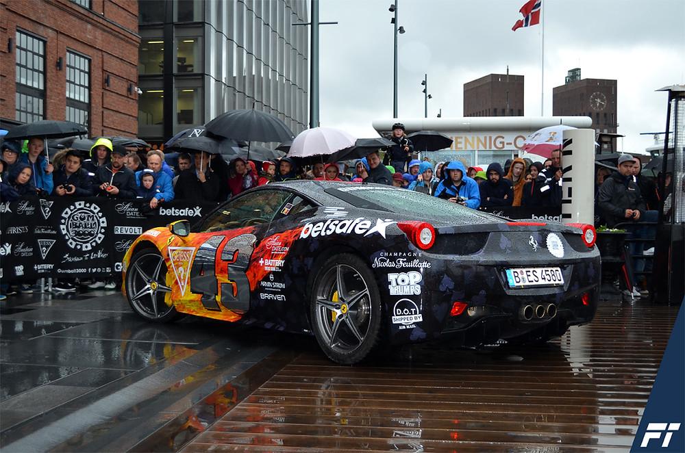 Gumball3000 Team 43 Ferrari på Aker Brygge i Oslo. Trafikkskole Follo Trafikkteam kjøreskole i Ski, Kolbotn, Oppegård, Oslo  har vært på Aker Brygge og sett på biler og snakket med folk