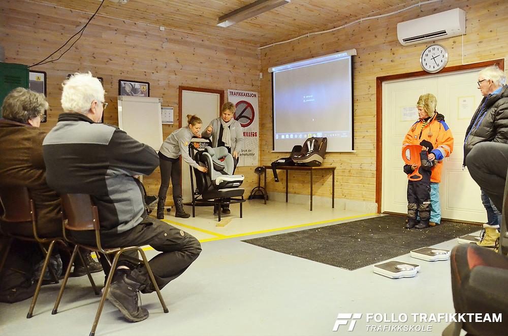 Trafikksikkerhetsdag med trafikkskole Follo Trafikkteam og NAF avd Follo på Nesodden. Babyshop riktig montering av barnesete