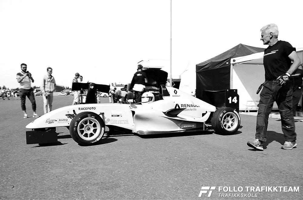 Edward Sander Woldseth i bilen sin før løpet. Trafikkskole Follo Trafikkteam