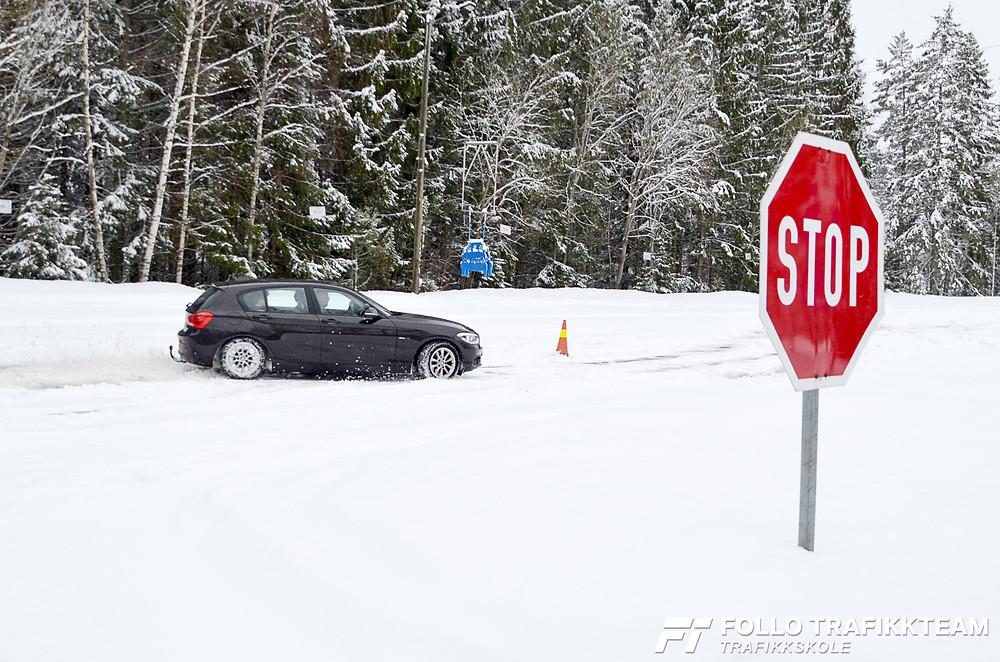 Grim Ketil fra Follo Trafikkteam bød på slalåmkjøring med BMW på Trafikksikkerhetsdag 2019